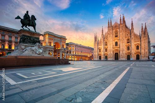 Fototapeta premium Mediolan. Obraz gród Mediolan, Włochy z katedrą w Mediolanie podczas wschodu słońca.