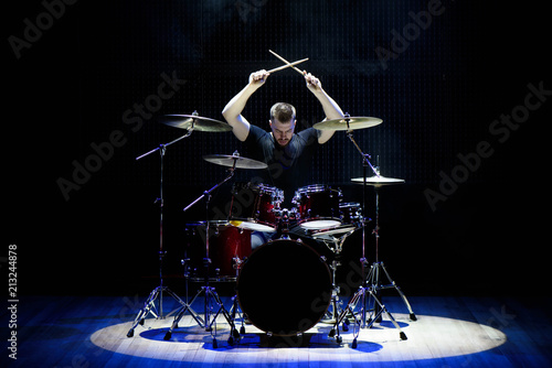 Foto Drummer playing the drums with smoke and powder in the background