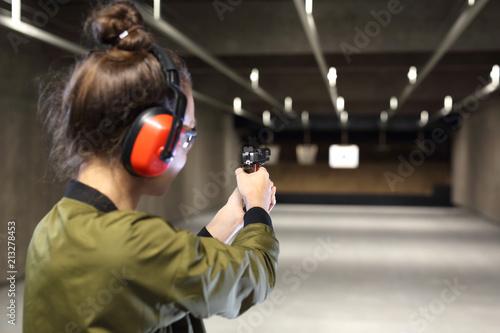 Strzelnica. Strzelanie z pistoletu. Fototapet