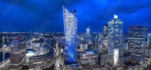 Fototapeta premium Panoramiczny widok na centrum Warszawy w nocy