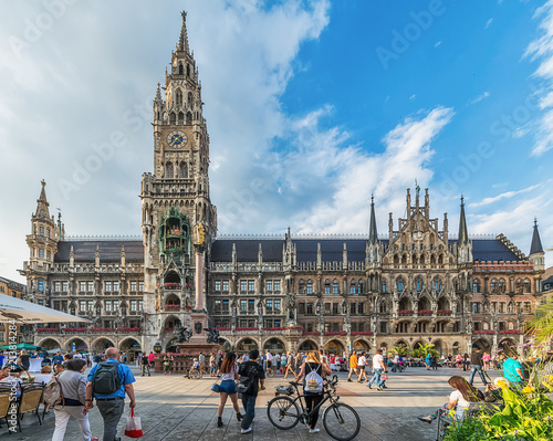 Fototapeta premium Monachium, Niemcy 09 czerwca 2018 r .: Nowy ratusz przy placu Marienplatz w Monachium, Bawaria, Niemcy