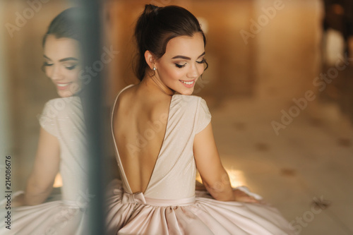 Canvas-taulu Beautiful stunning young lady in amazing dress sitting on luxury armchair