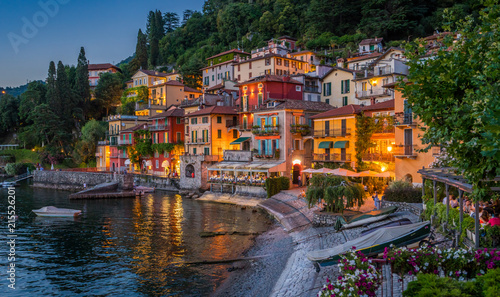 Photo Scenic view in the beautiful Varenna at sunset, on Lake Como, Lombardy, Italy