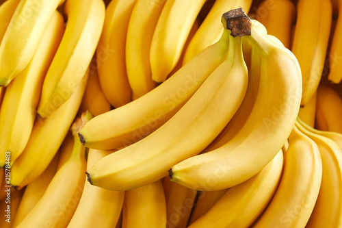Fotografía Bunch of fresh bananas in the organic food market
