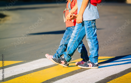 Fotografia little boy and girl holding hands go to school