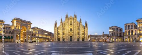 Fototapeta premium Mediolan panorama panorama miasta wschód słońca w katedrze w Mediolanie, Mediolan, Włochy