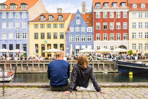 Canvas Print Tourists enjoying the scenic summer view of Nyhavn pier