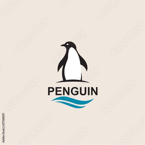 Fototapeta premium ikona ptak czarny pingwin na białym tle falami morskimi