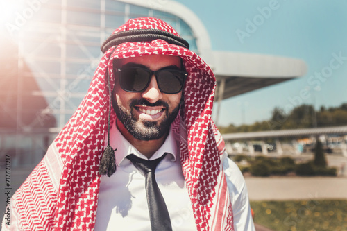 Fotografia Portrait of arab man wears sunglasses and keffiyeh at the airport