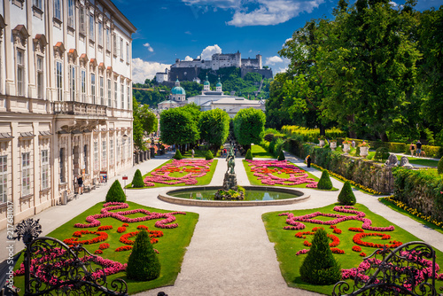 Fototapeta premium Pałac Mirabell i ogrody latem, zamek w Salzburgu w tle