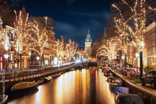 Fototapeta premium Spiegelgracht na starym mieście w Amsterdamie z Muzeum Rijks w tle