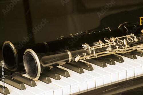 clarinet over grand piano keys in close Fototapete