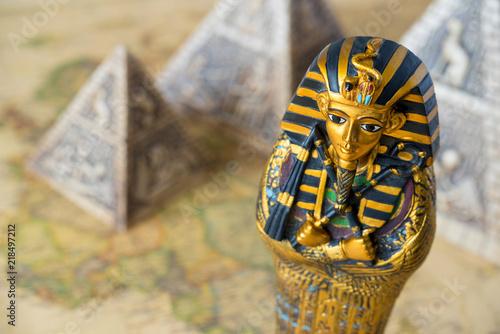 Obraz na płótnie Egypt pharaoh and pyramids on a map tourism concept