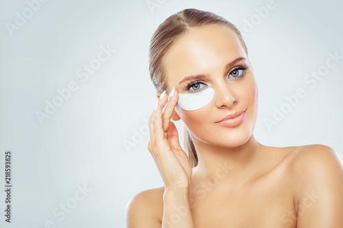 Fotografia Woman face with mask under eyes, natural makeup