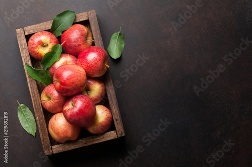 Canvastavla Red apples in wooden box