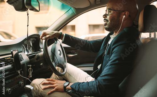 Billede på lærred African businessman driving a vehicle to office