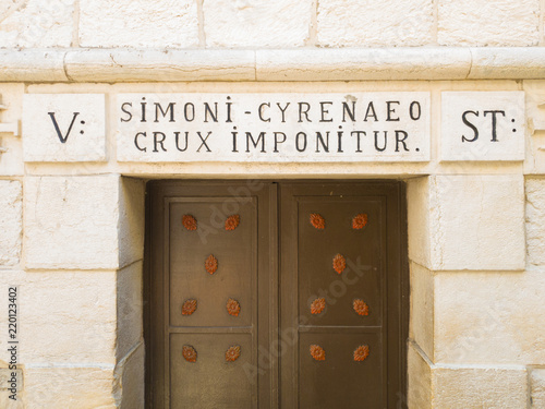 Fotografia Sign indicating the point where Simon of Cyrene gave the cross to Jesus Christ