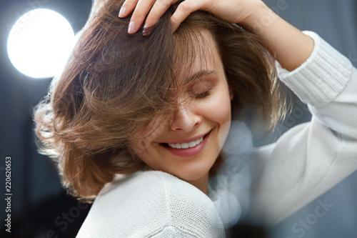 Cuadros en Lienzo Healthy Hair. Beautiful Woman With Short Brown Hair