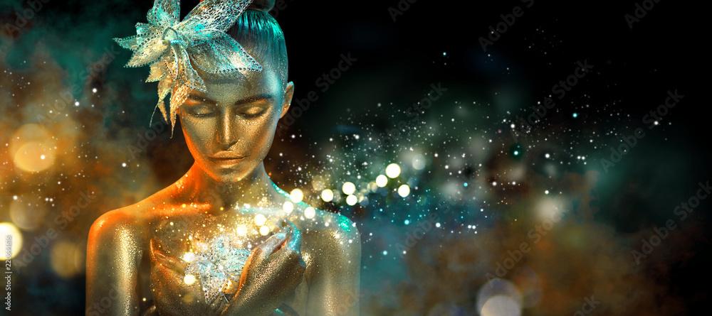 Moda modela kobieta w kolorowych jaskrawych złotych błyskotaniach i neonowych światłach pozuje z fantazja kwiatem. Portret piękna dziewczyna z rozjarzonym makeup <span>plik: #220644616 | autor: Subbotina Anna</span>
