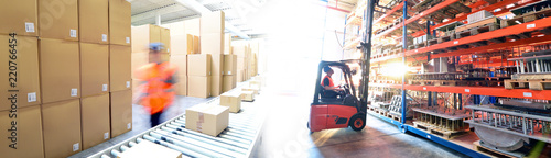 Fotografia Transport und Logistik - Arbeiter im Versandlager mit Gabelstapler // Transport