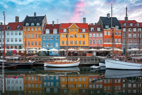 Photo Nyhavn at sunrise, with colorful facades of old houses and old ships in the Old Town of Copenhagen, capital of Denmark