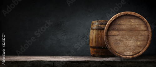 Foto Oktoberfest beer barrel and beer glasses with wheat and hops on wooden table