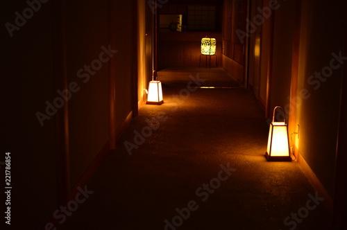 Obraz na plátne 灯篭の明るい光の道しるべ