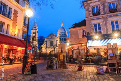 Fototapeta premium Piękny wieczór widok na Place du Tertre i Sacre-Coeur w Paryżu, Francja
