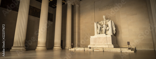 Photo Statue of Abraham Lincoln Memorial on the National Mall in Washington DC USA