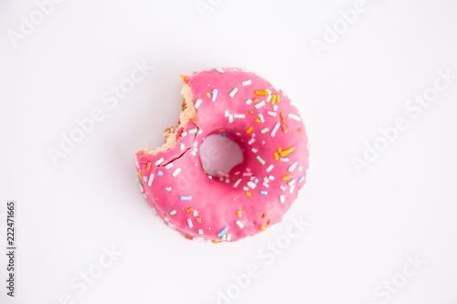 Fotografia pink donut on white background