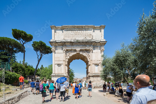 Fotografia The Arch of Titus located next to the Colosseum in Rome