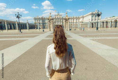 Fototapeta premium stylowa podróżniczka w pobliżu Pałacu Królewskiego w Madrycie, Hiszpania