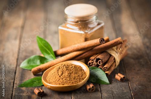Canvas-taulu Fresh cinnamon sticks and powder