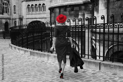 Folia na okno łazienkowe Czarno-białe zdjęcie młodej kobiety podczas spaceru z izolowanym czerwonym kolorem