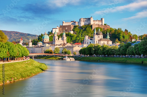 Fotografia Panoramic view of Salzburg skyline with Festung Hohensalzburg and river Salzach,