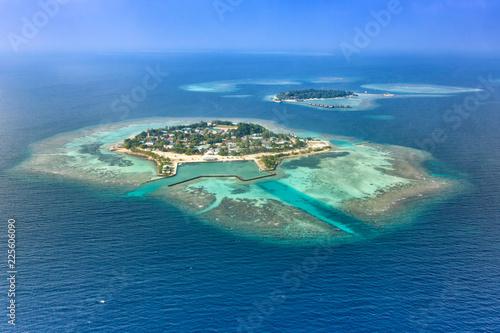 Malediven Insel Urlaub Paradies Meer Bodufolhudhoo und Nika Island Ari Atoll Textfreiraum Copyspace Luftbild