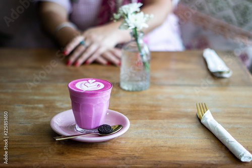 Photographie Pink Latte on Table with Flowers