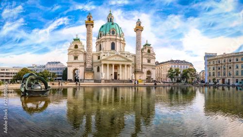 Fototapeta premium Karlskirche ze stawem w pięknym letnim świetle