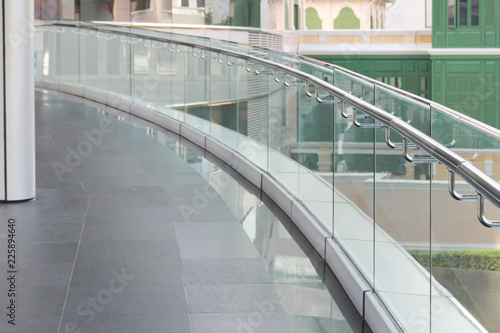 Foto tempered glass of walk way balcony with stainless steel handrail.