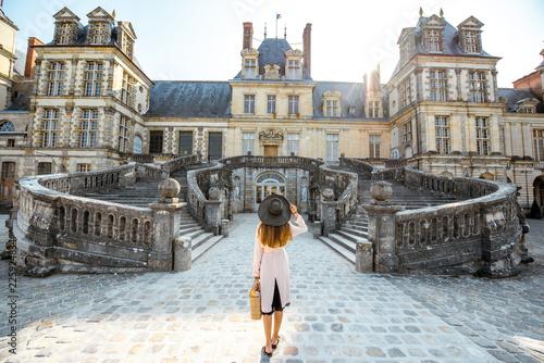 Obraz na plátně Woman near the Fontainebleau palace in France