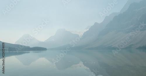 Obrazy do salonu Zamglone jezioro w parku narodowym w Kanadzie