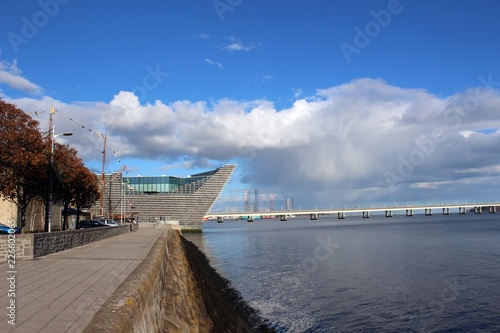 Obraz na plátne The V&A Museum from the west and the Firth of Tay, Dundee.