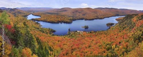 Fototapeta premium Park Narodowy Mont Tremblant z panoramicznym widokiem na kolory jesieni, Kanada