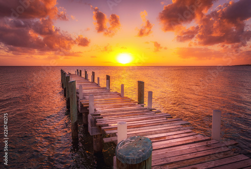 Foto Dock during caribbean sunset, beautiful magenta colors and perspective of this b