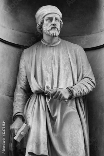 Photo The statue of Donatello outside the Uffizi colonnade in Florence