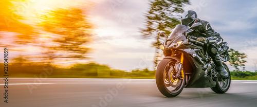 motocykl na drodze. dobrze się bawiąc pustą drogą podczas wycieczki / podróży motocyklem