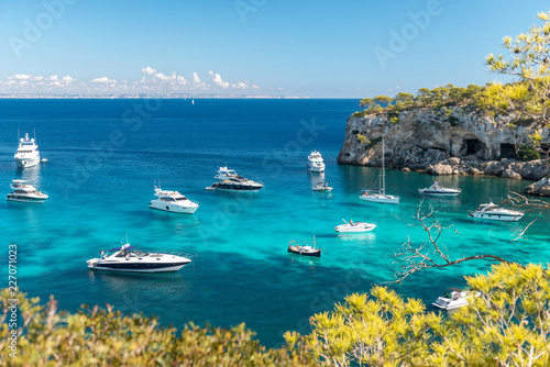 Foto Anchored boats and yachts in the turquoise bay of Portals Vells  |  Mallorca  |