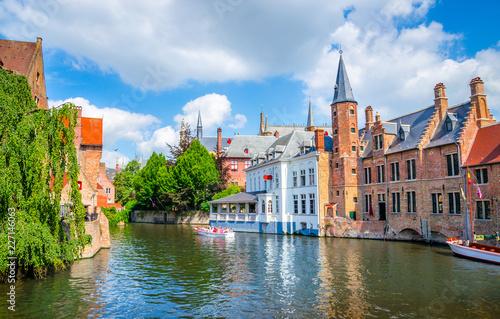 Fototapeta premium Piękny kanał i tradycyjne domy na starym mieście w Brugii (Brugge), Belgia