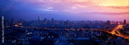 Fototapeta premium panorama miasta z wschód słońca i światła drogi ekspresowej