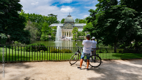Fototapeta premium Crystal Palace w parku Retiro - Madryt - Hiszpania. Crystal Palace w parku Retiro w Madrycie, Hiszpania.